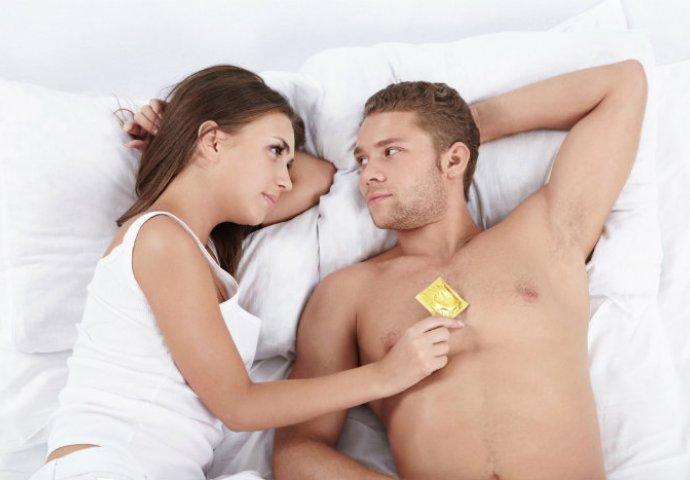 crni par koji se seksa u krevetu