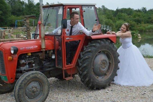 mladenci-u-traktoru