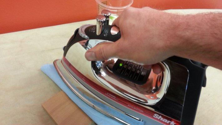 zagrejte-peglu-na-najjacu-temperaturu-stavite-na-podlogu-i-drzite-praveci-male-pokrete-7