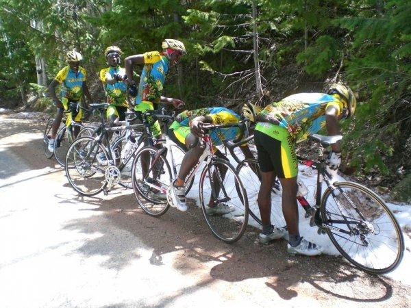 biciklisticki-tim-ruande-vidi-sneg-po-prvi-put-u-zivotu-11