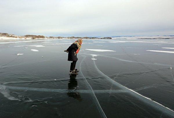 single-old-woman-grandmother-skating-siberia-baikal-1-5aabc701a555e-880