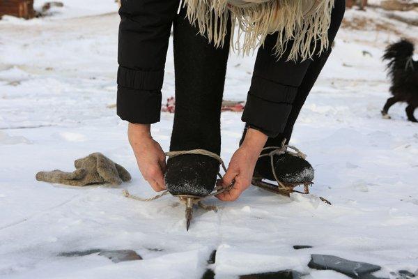 single-old-woman-grandmother-skating-siberia-baikal-4-5aabc707136cf-880