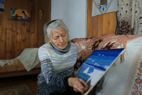 single-old-woman-grandmother-skating-siberia-baikal-6-5aabc70a423d0-880