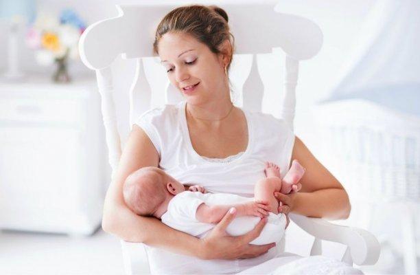 61353977-zena-dojenje-dojilja-dijete