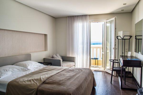 balcony-bed-bedroom-210604