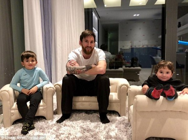 490b818500000578-5374211-lionel-messi-celebrates-latest-barcelona-win-by-relaxing-at-home-a-28-1518218608262