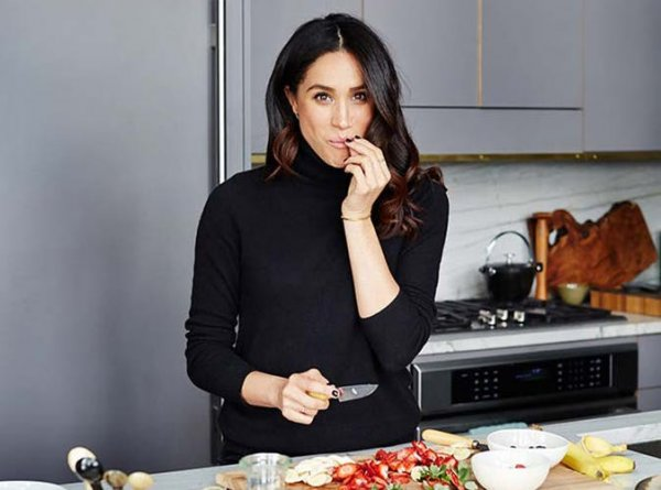 meghan-markle-cutting-slideshow