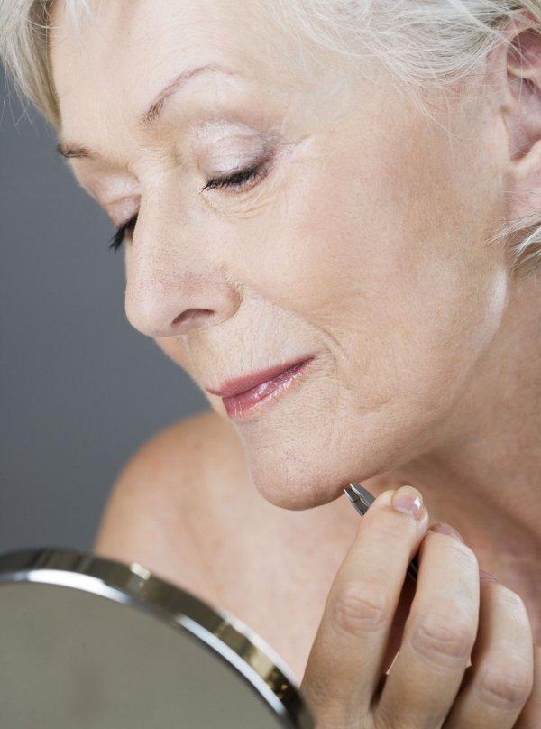 woman-plucking-hair