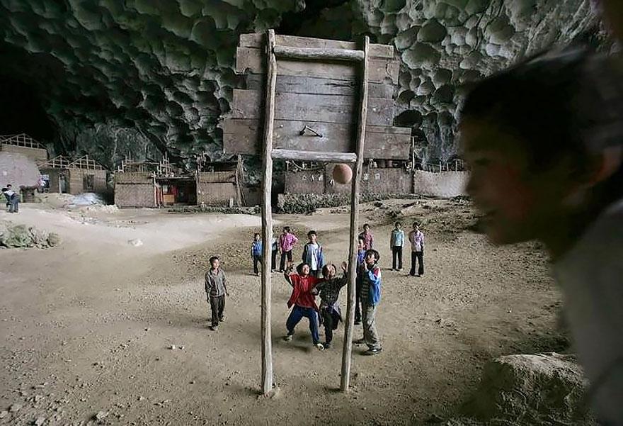 U OVOJ PEĆINI ŽIVI PREKO 100 LJUDI: Imaju kuće, farme, čak i košarkaško  igralište, ČEKAJTE DOK VIDITE UNUTRAŠNJOST! (FOTO) | Balaševizam