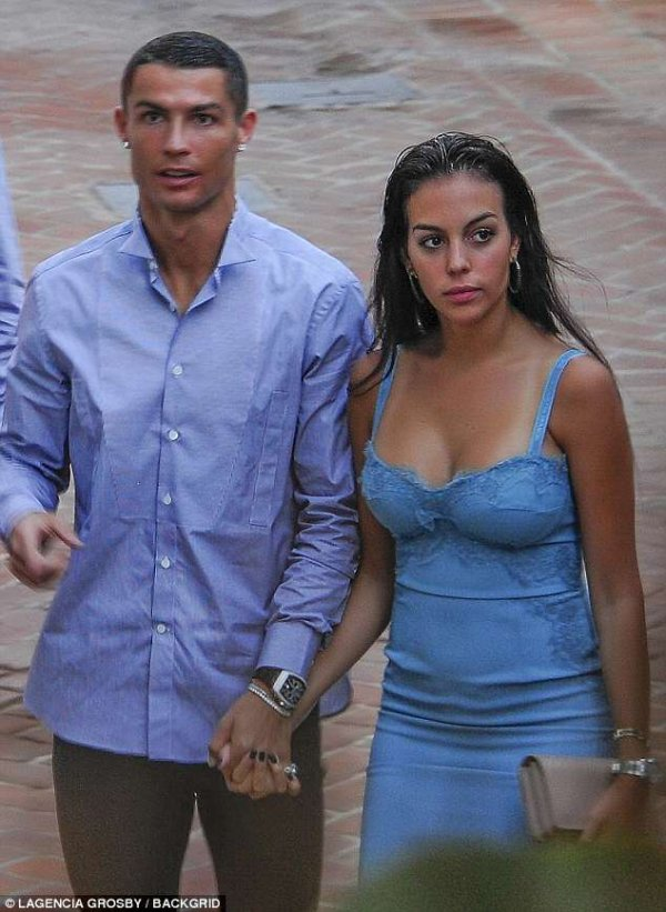 4cc5799600000578-5788913-the-pair-enjoyed-a-romantic-night-out-before-ronaldo-sets-off-to-m-3-1527750999482