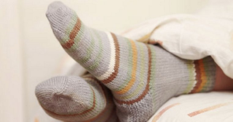 wearing-socks-in-bed