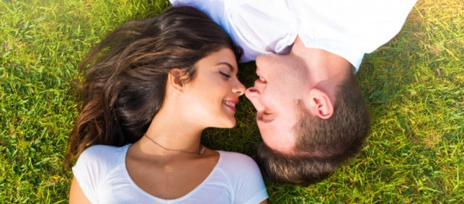 valentine-day-happy-young-couple-outdoors-1368-27717